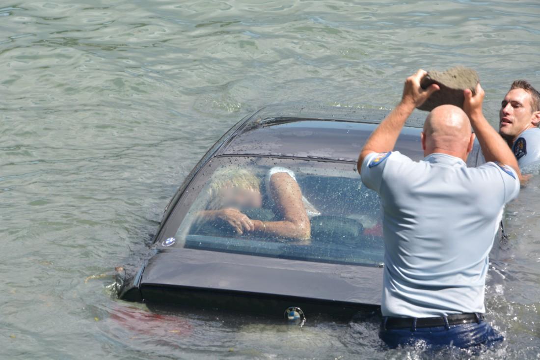 Копы пытаются достать женщину из тонущего авто