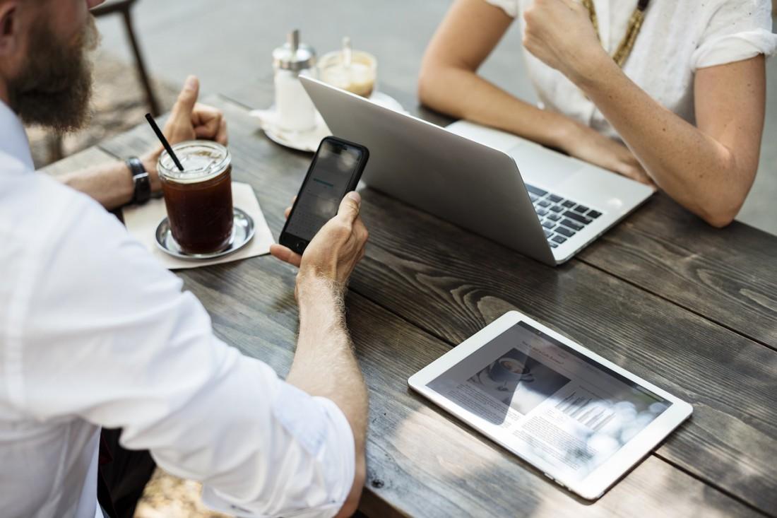 При встрече с друзьями или коллегами телефону не место на столе