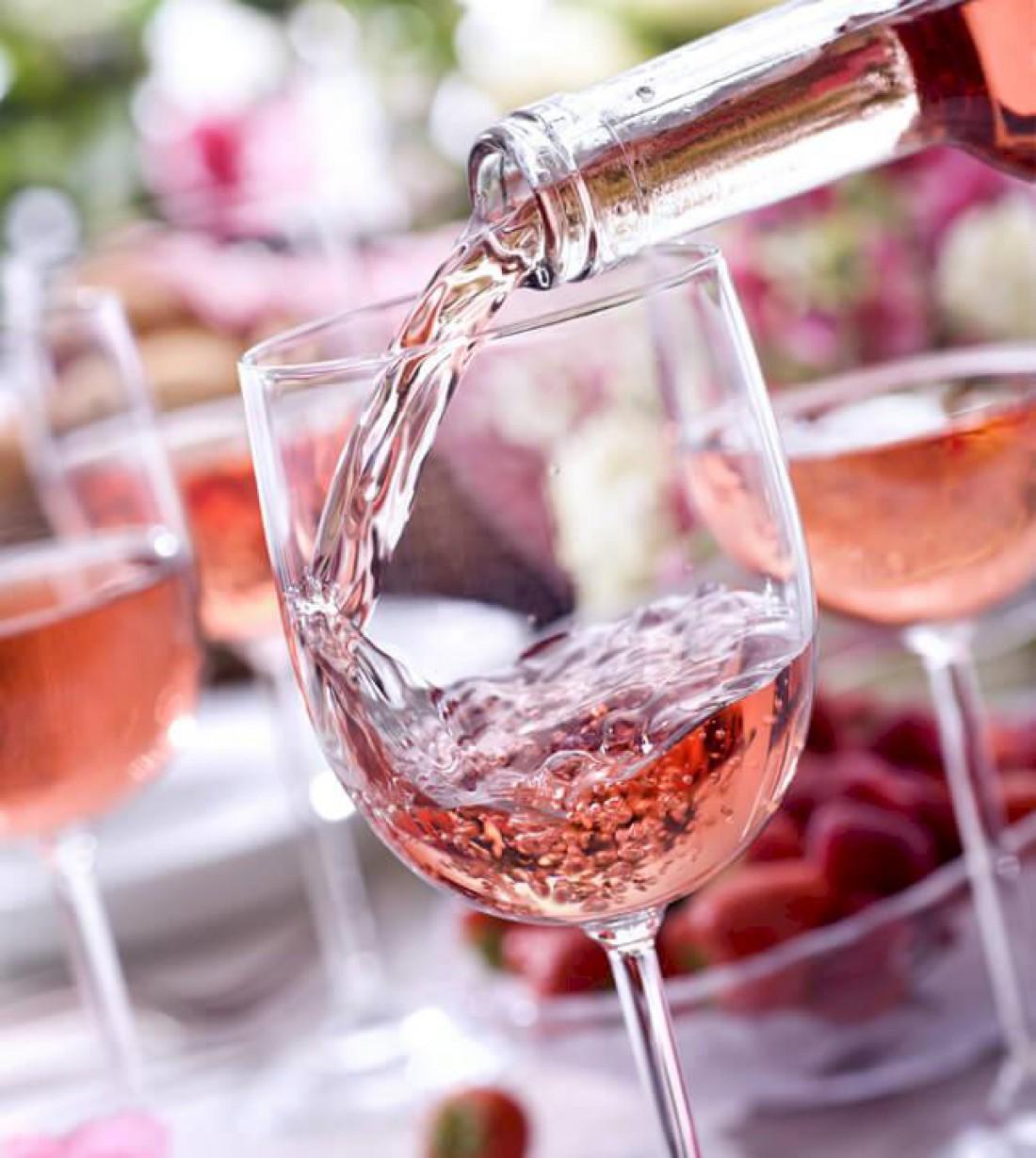 Розовое вино всегда можно заменить легким красным
