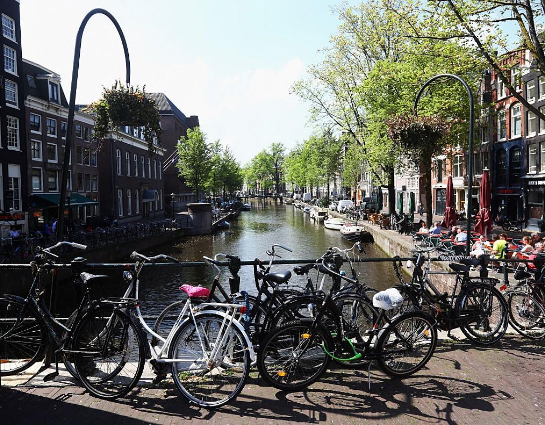 Одна из велопарковок Амстердама