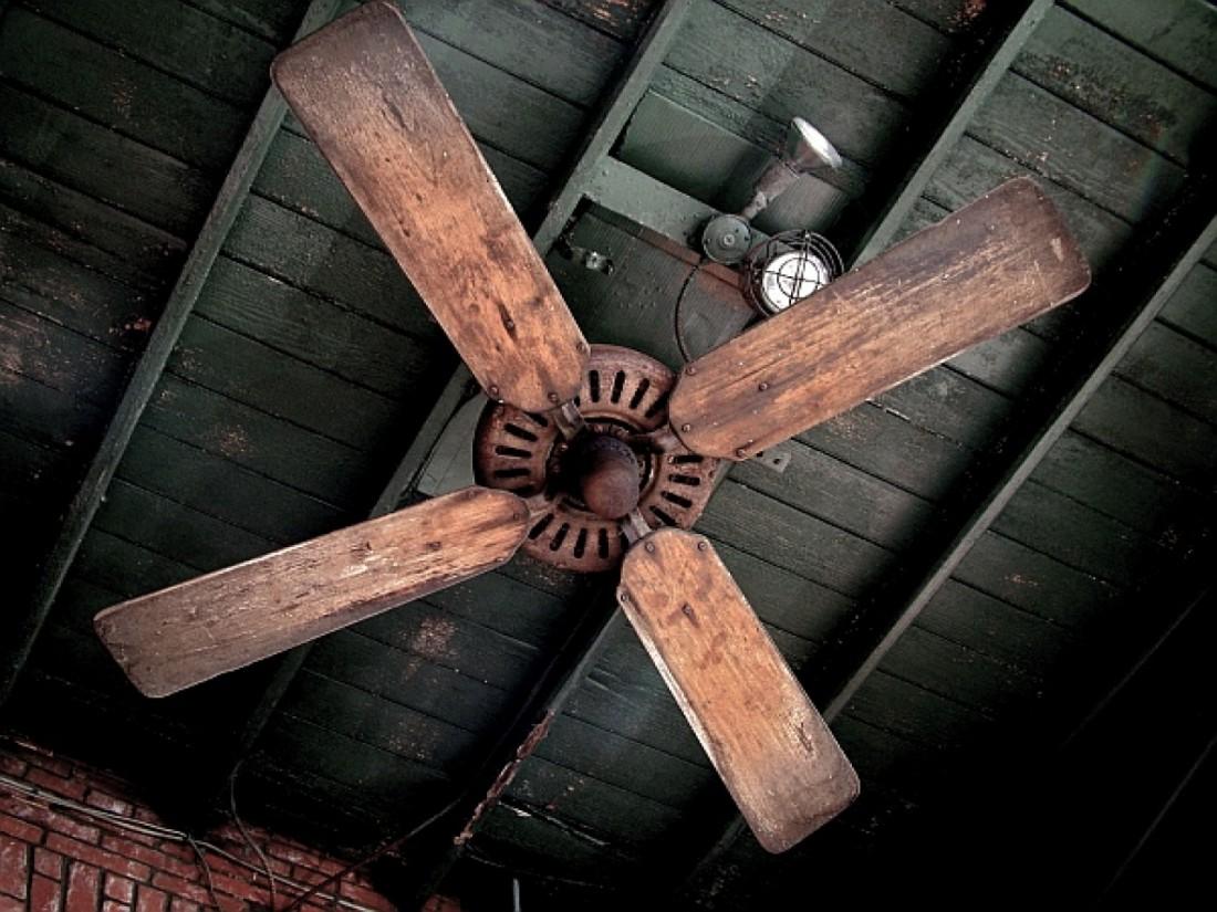 Опасный потолочный вентилятор и его зловещие лопасти