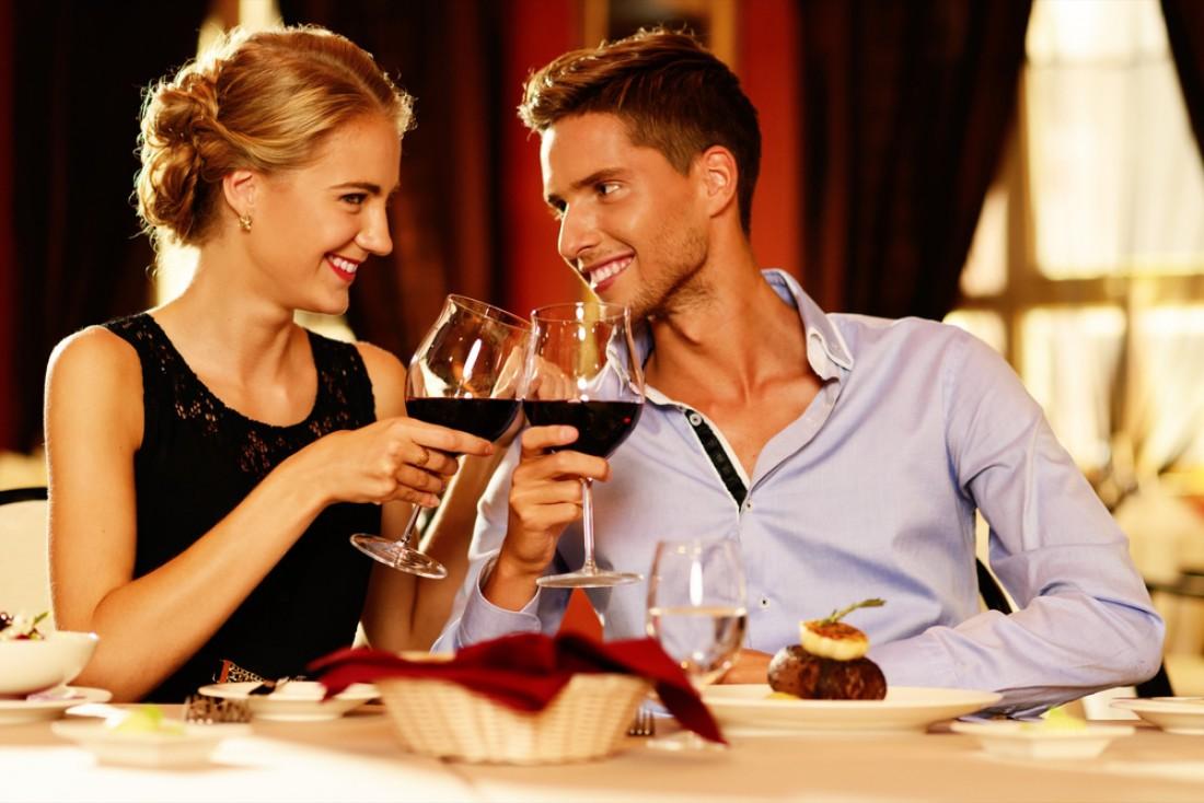 Красное вино — неотъемлемый атрибут романтического ужина