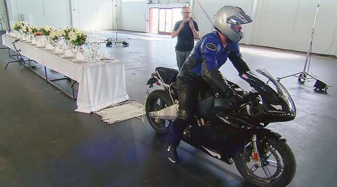 Разрушители мифов пытались сдернуть скатерть с помощью мотоцикла