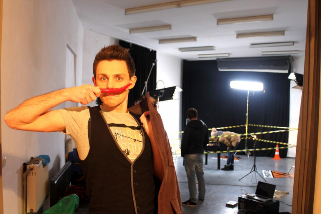 """Ведущий шоу """"Оттак мастак"""" Сержио Куницын. Примеряет усы"""