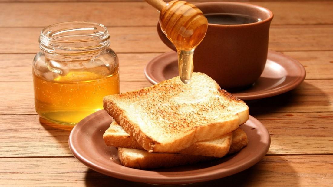 Мед с чаем — неплохой способ накормить твои мышцы быстрым топливом. Можно заедать тостами
