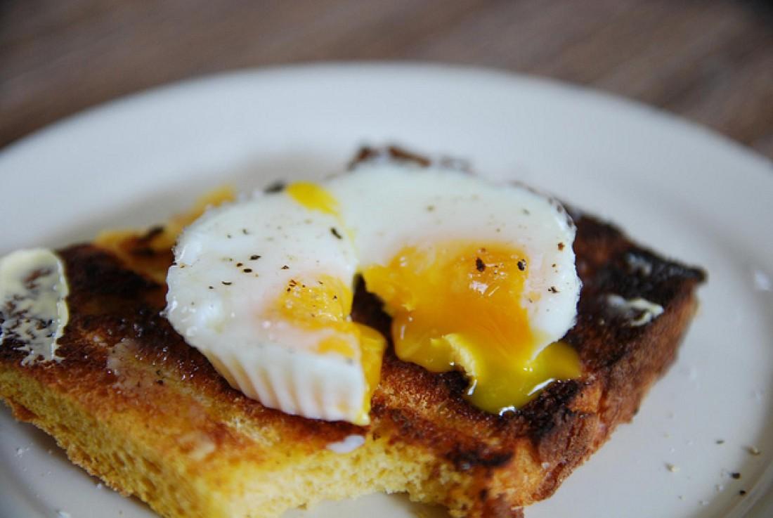 Разбил яйцо в тарелку, поставил в микроволновку