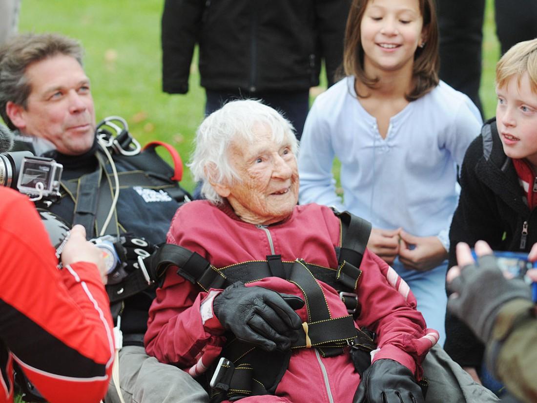 100-летняя Элеонор Каннингхэм. Любит прыгать с парашютом