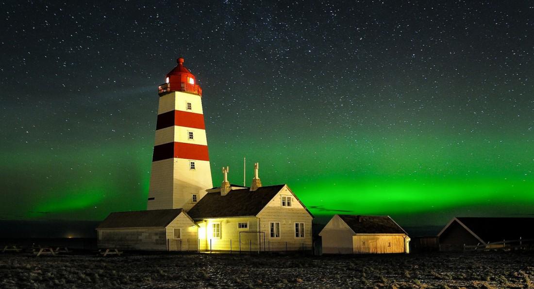 Alnes, остров Йиске, Норвегия. Одинокий маяк, стоящий в северном сиянии