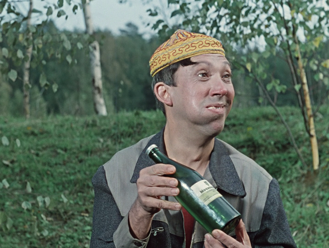 Бутылка крепкой самогонки — счастье для советского мужика