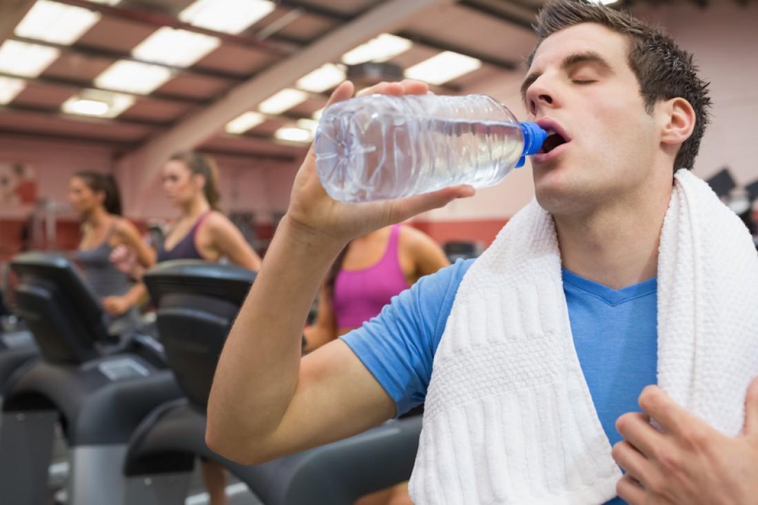 Пей до того, как почувствуешь жажду. Норма — 2-3 глотка каждые 20 минут