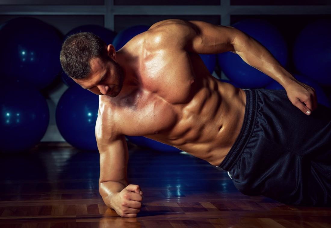 Боковая планка — хороший способ накачать пресс, в частности косые мышцы