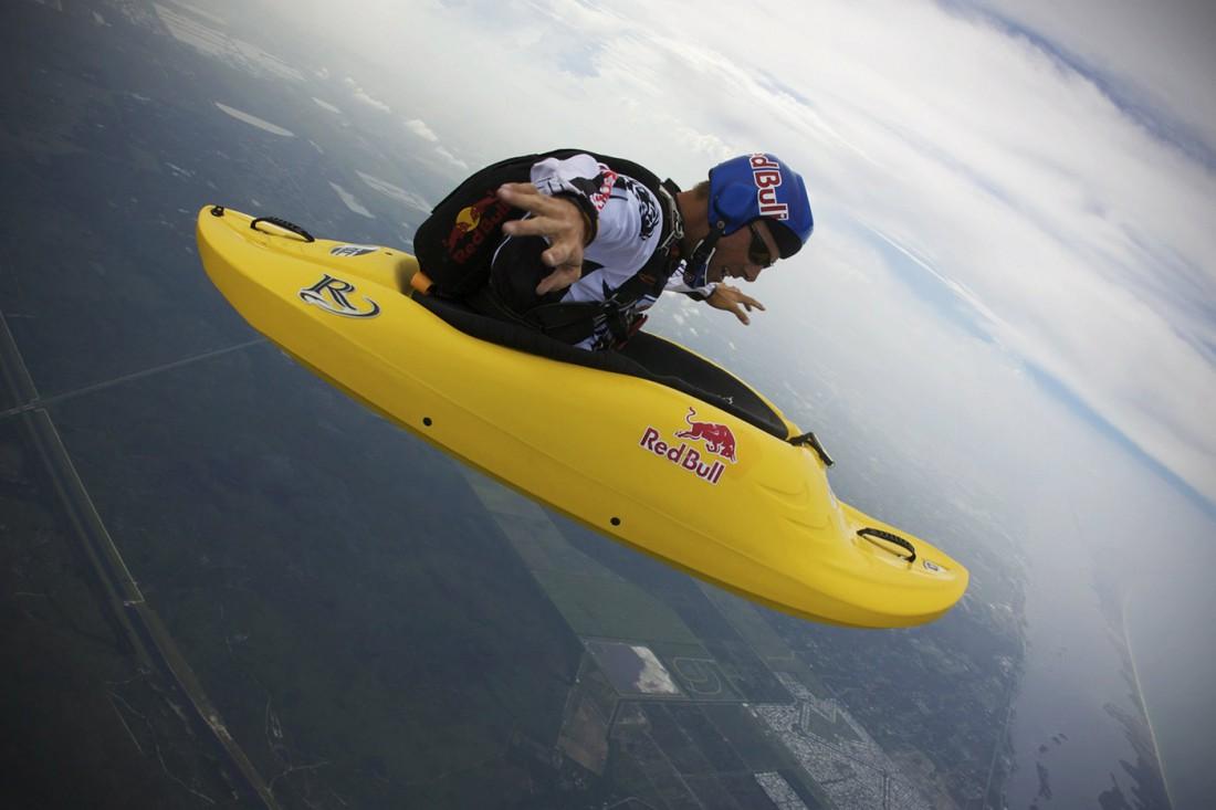 На фото: прыжки в лодке и с парашютом