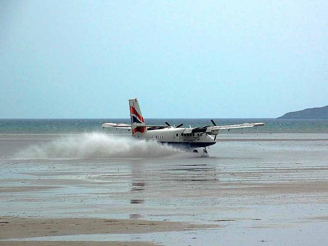 В аэропорту Барра самолеты приземляются прямо на пляже