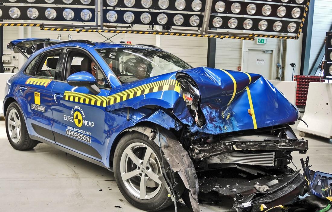 Бедный Porsche, принявший участие в дерзком краштесте