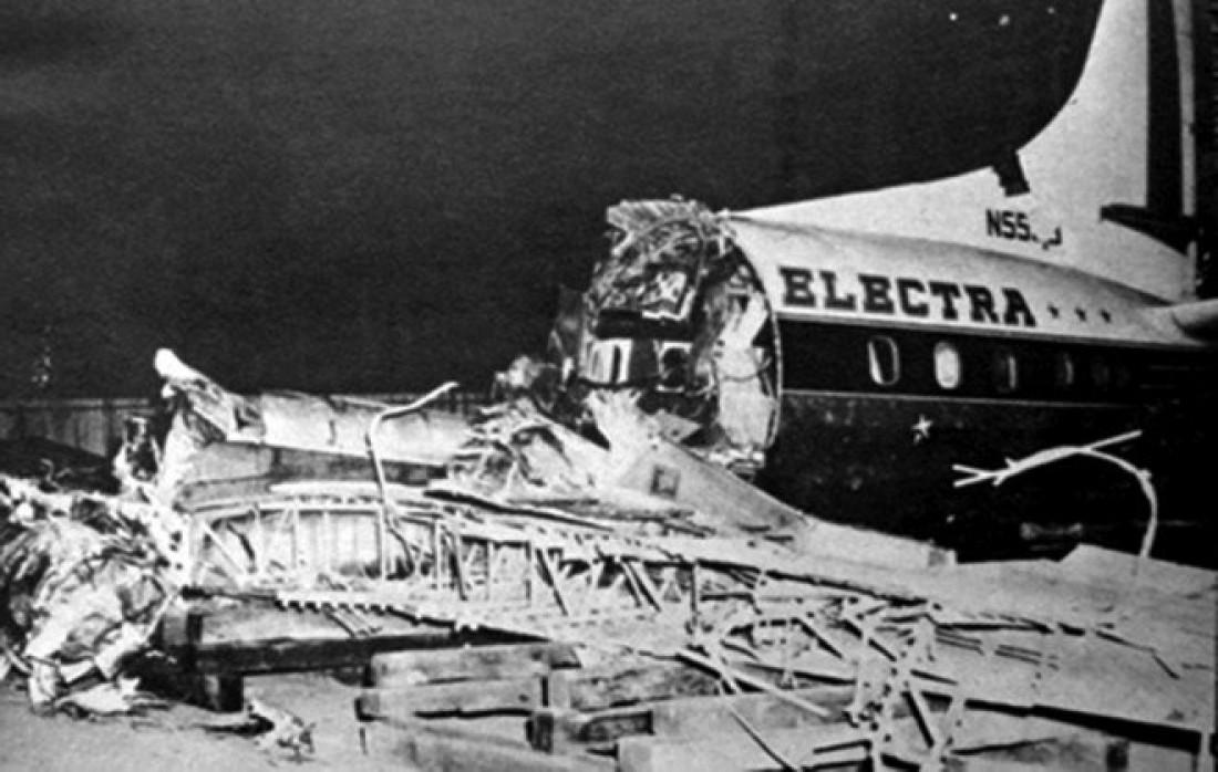 Ангар и обломки упавшего самолета