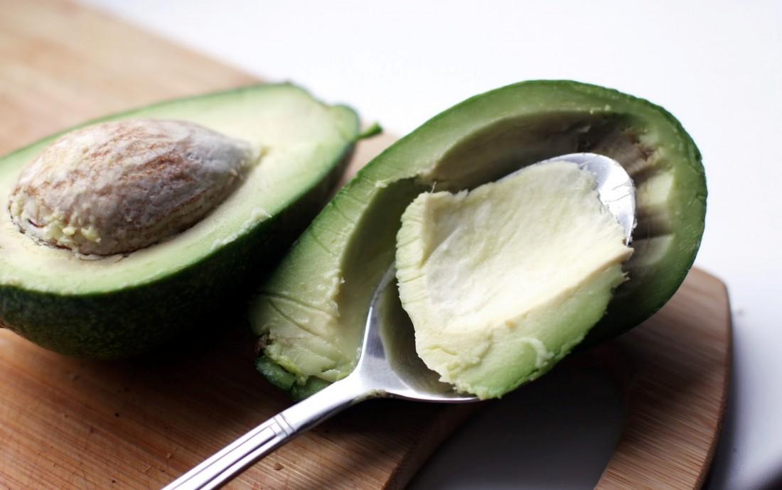 Ешь цельнозерновой хлеб с маслом авокадо