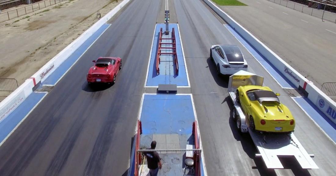 Груженый Tesla Model X справа и Alfa Romeo