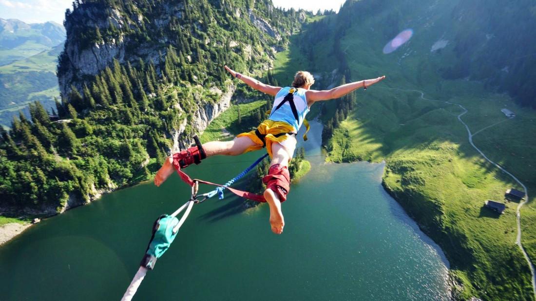 Банджи-джампинг — спонсор адреналина в крови жаждущего экстрима