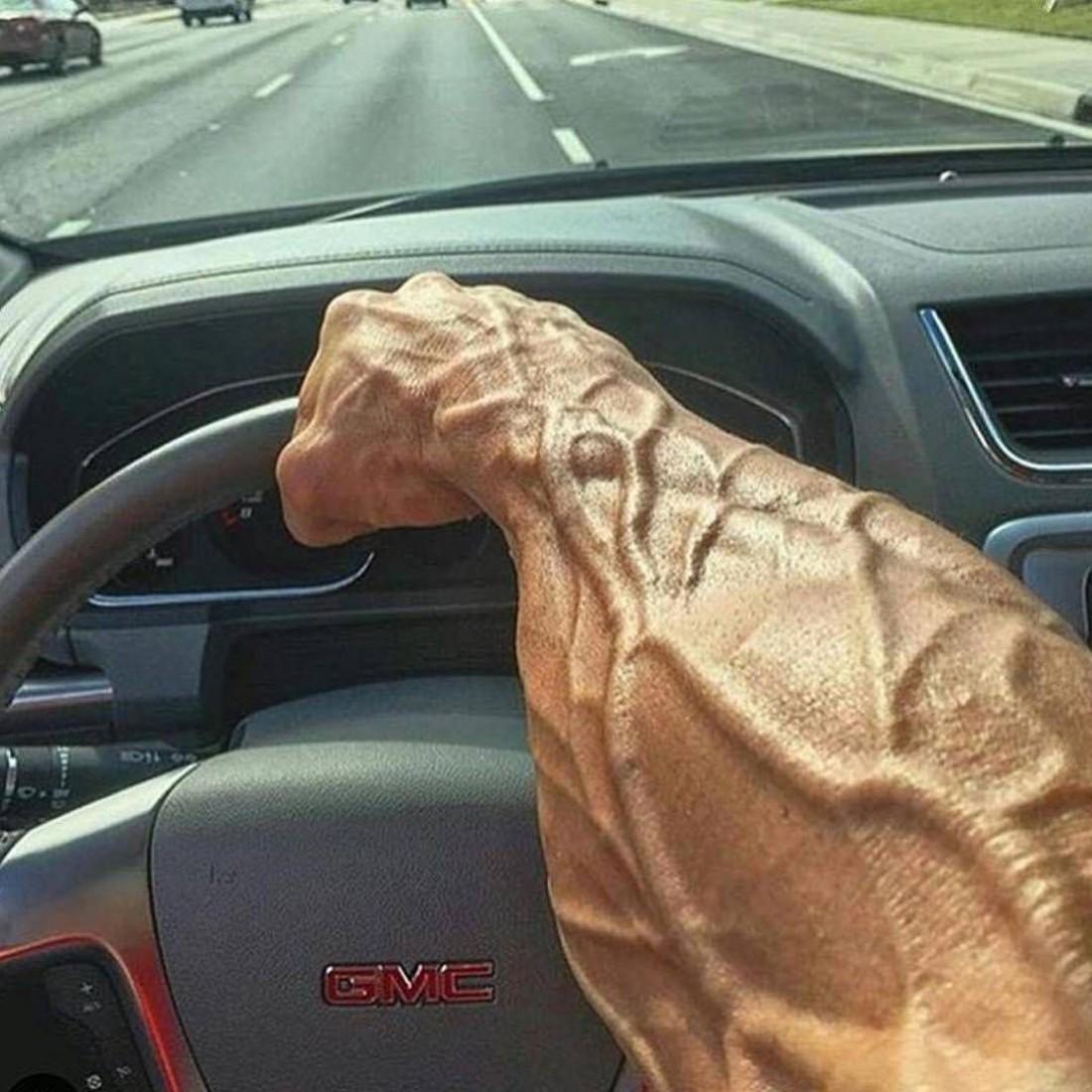 С гидроусилителем твоя машина или без, всегда держи баранку обеими руками
