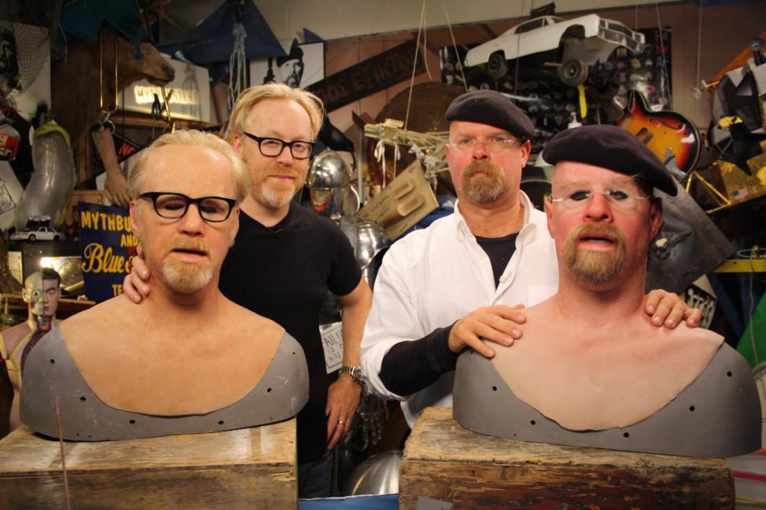 Адам Сэвидж (слева), Джейми Хайнеман (справа) и их маски
