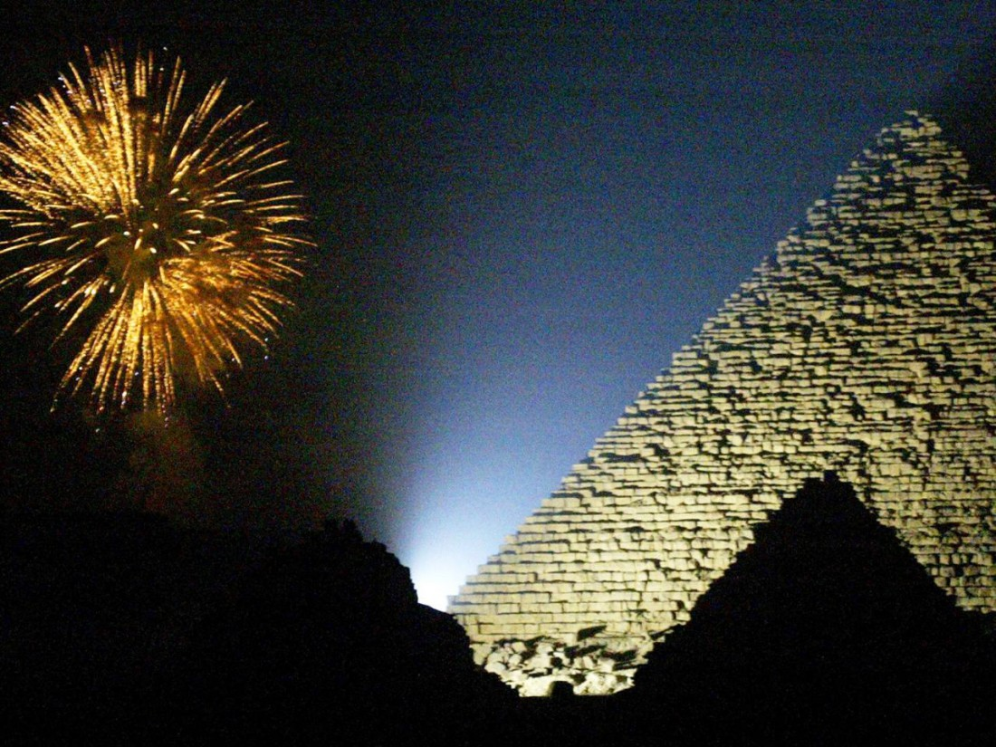 Почему бы не провести новогодние праздники, созерцая светящиеся египетские пирамиды?