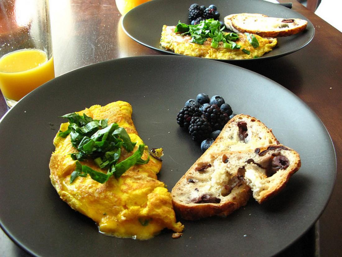 Смешал яйца с нарезанным перцем и сыром, вылил на горячую сковородку