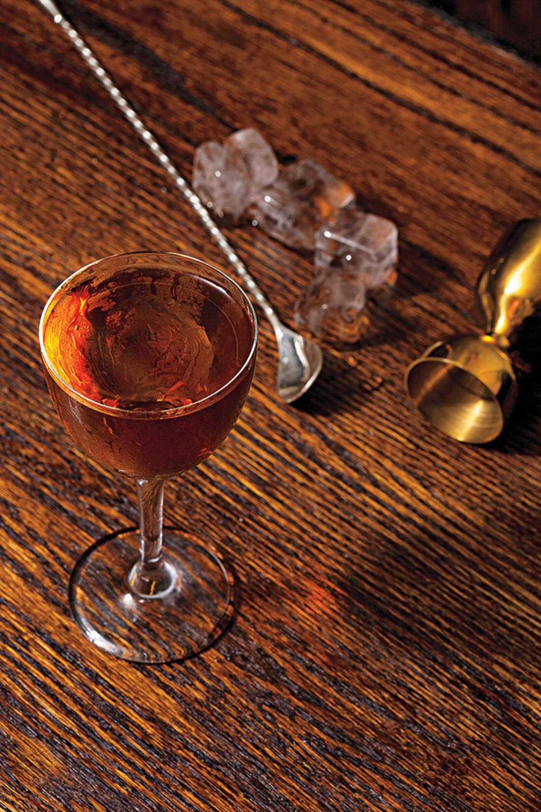 Виски - главный ингредиент в этом коктейле на Хэллоуин