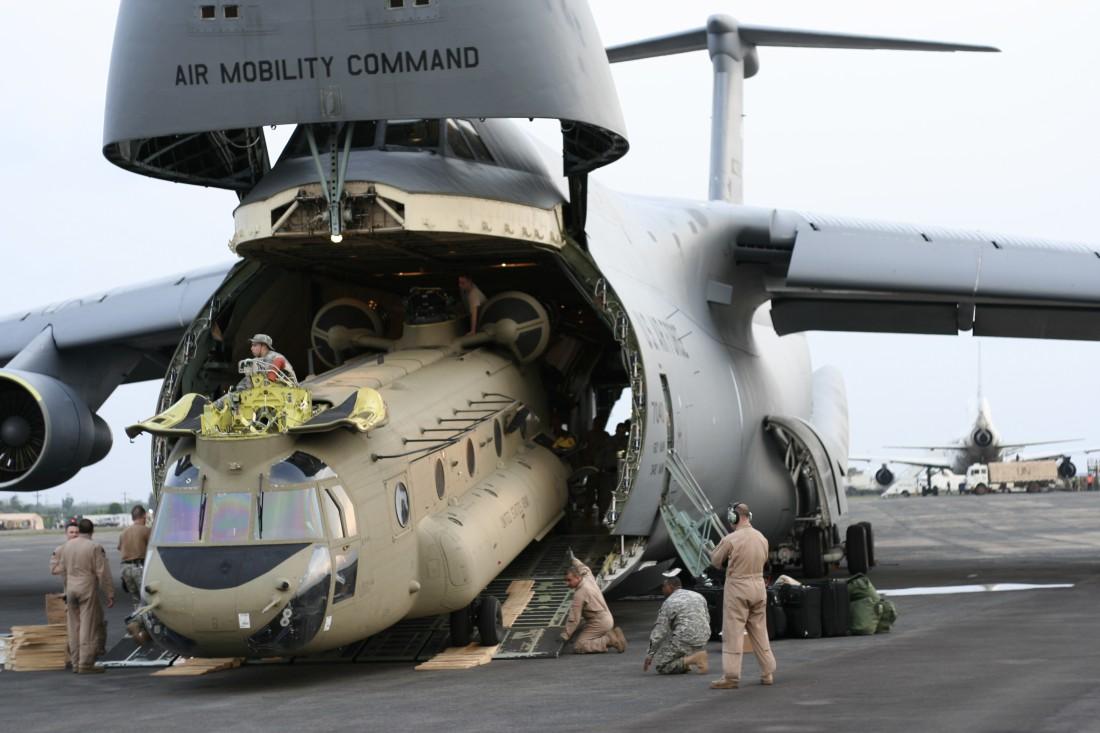 Lockheed C-5 Galaxy. Заглатывает Lockheed C-130 Hercules