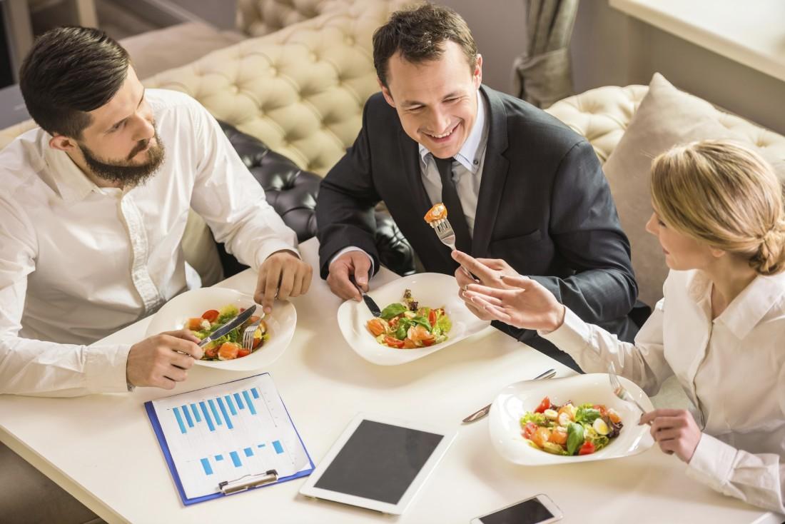 Обед в приятной компании помогает снять
