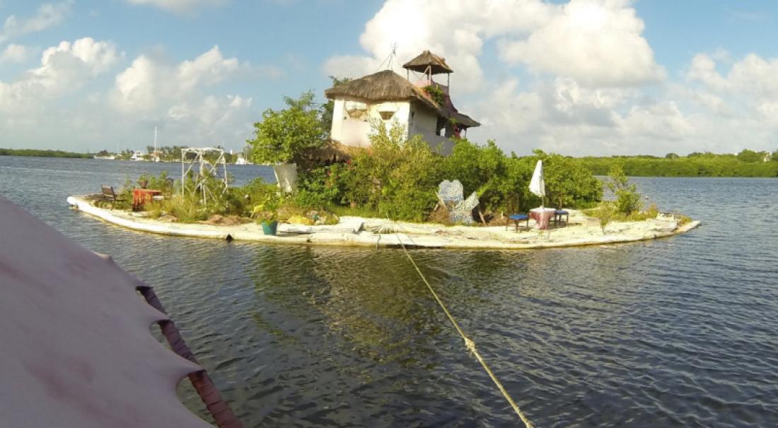 Искусственный остров. Держится на пластиковых бутылках