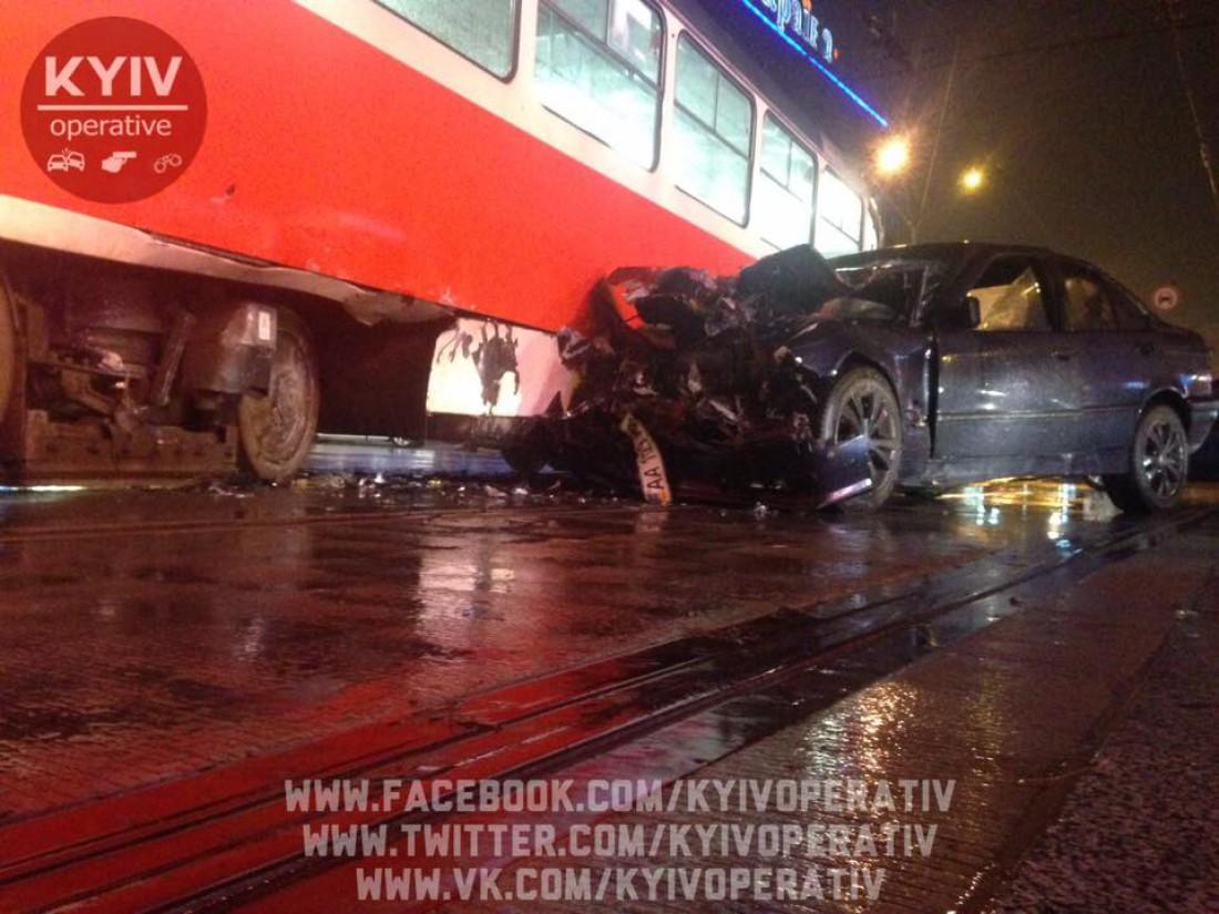 В Киеве BMW влетело в трамвай