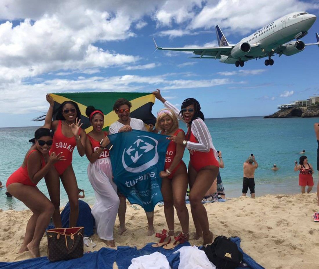 Посетители Махо Бич и самолет. Это не фотошоп