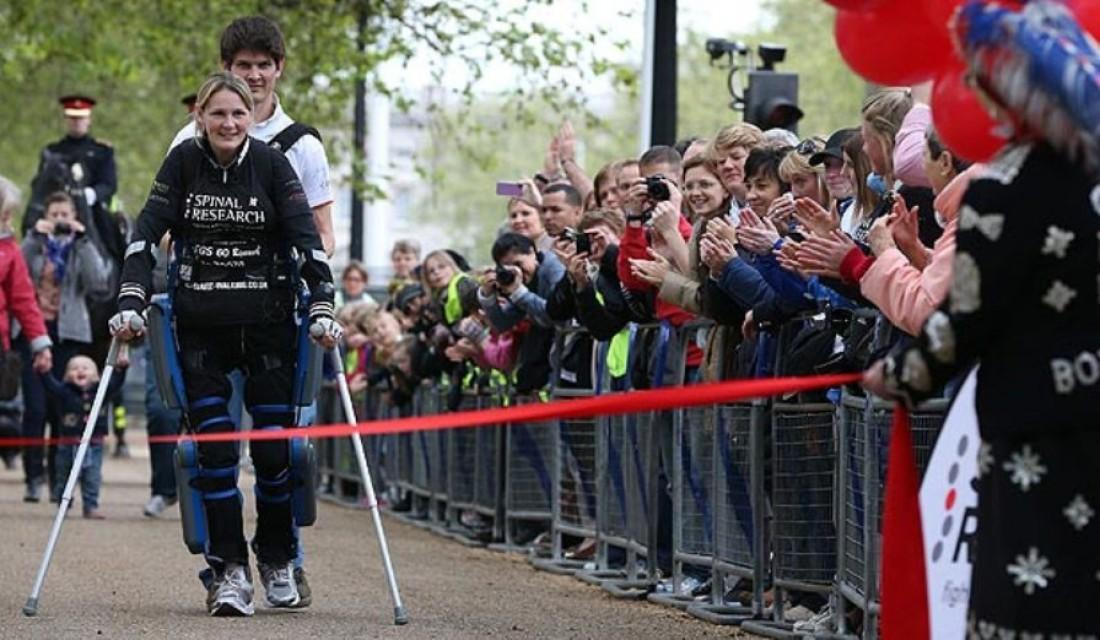 Парализованная Клэр Ломас прошла марафон за 16 дней