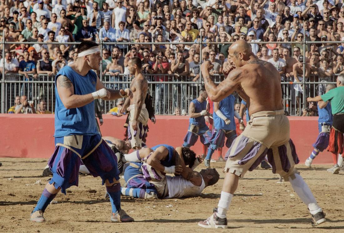 Calcio Storico. Он же — Флорентийский кальчо. Футбол с драками на поле