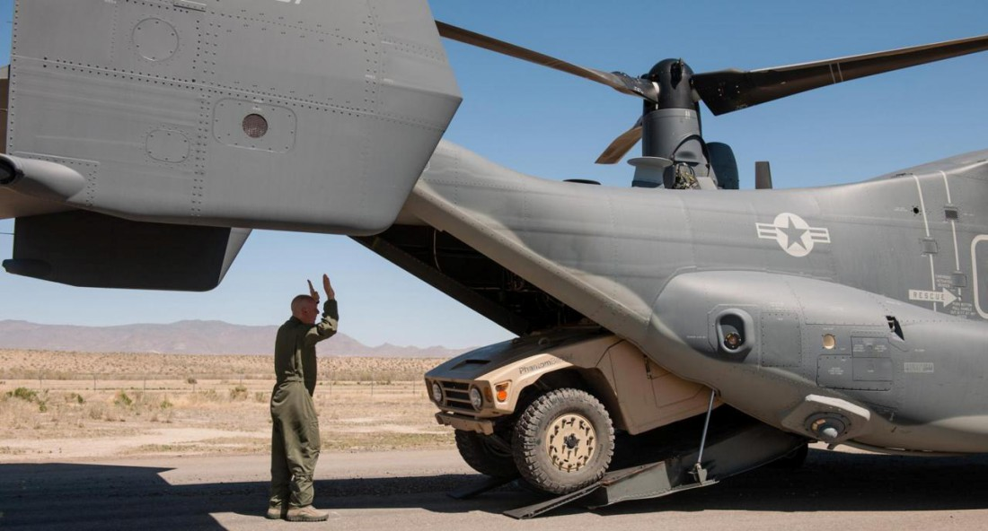 Boeing Phantom Badger, вылезающий из пасти конвертоплана V-22 Osprey