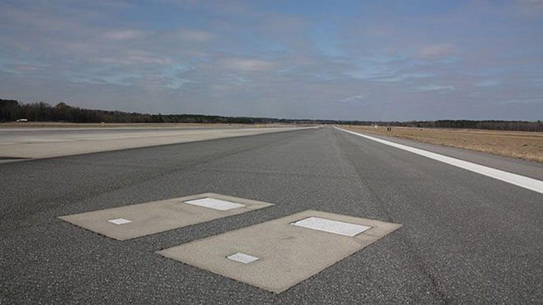 Посреди ВПП международного аэропорта Саванна есть 2 могилы