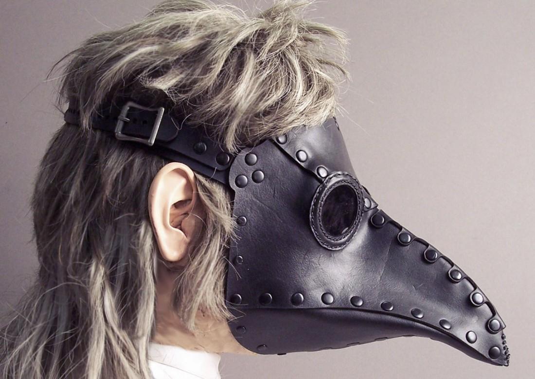 Считалось, что от эпидемии чумы в XIV веке спасут такие маски