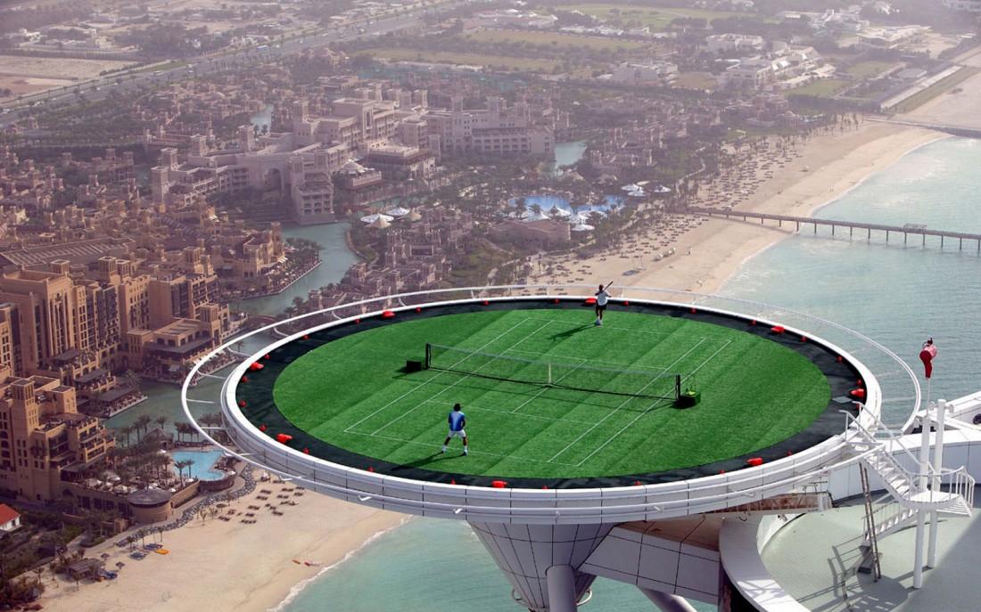 Теннисный корт, расположенный на крыше Burj Al Arab (Дубаи)