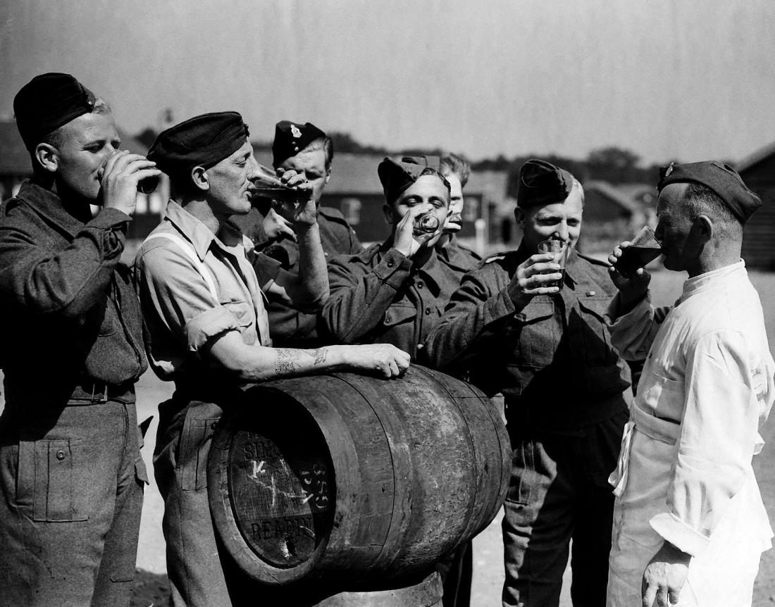 Пиво, бочка, и солдаты. Поправляют здоровье