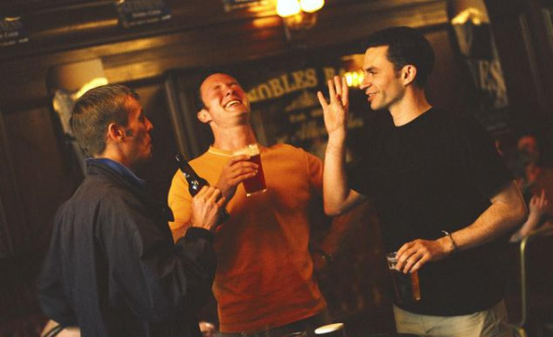 Неплохой способ укрепить здоровье — выпить в компании друзей