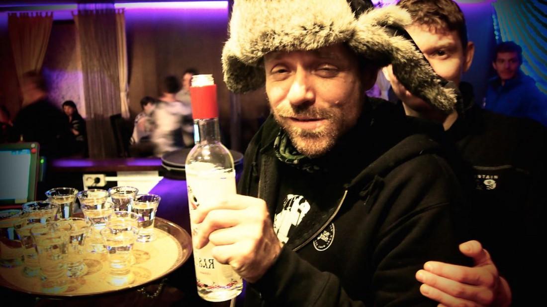Зачем пить из стопок, если можно глушить прямо из бутылки