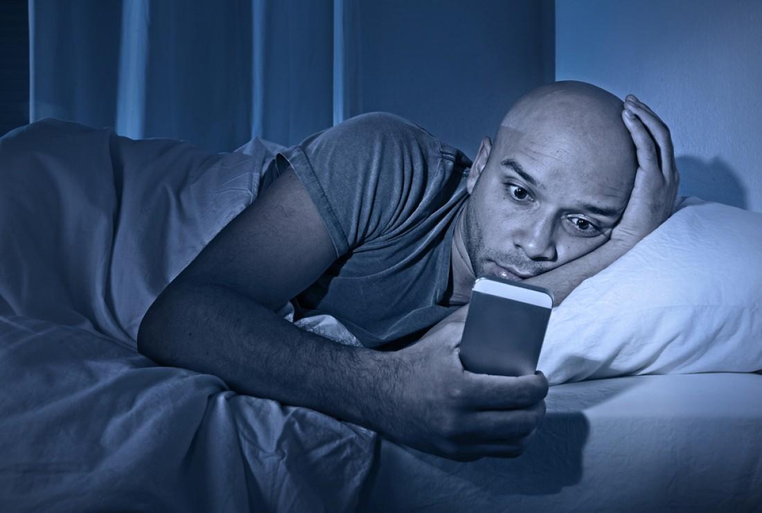 Как не высыпаться и накапливать усталость — по ночам пялься в смартфон