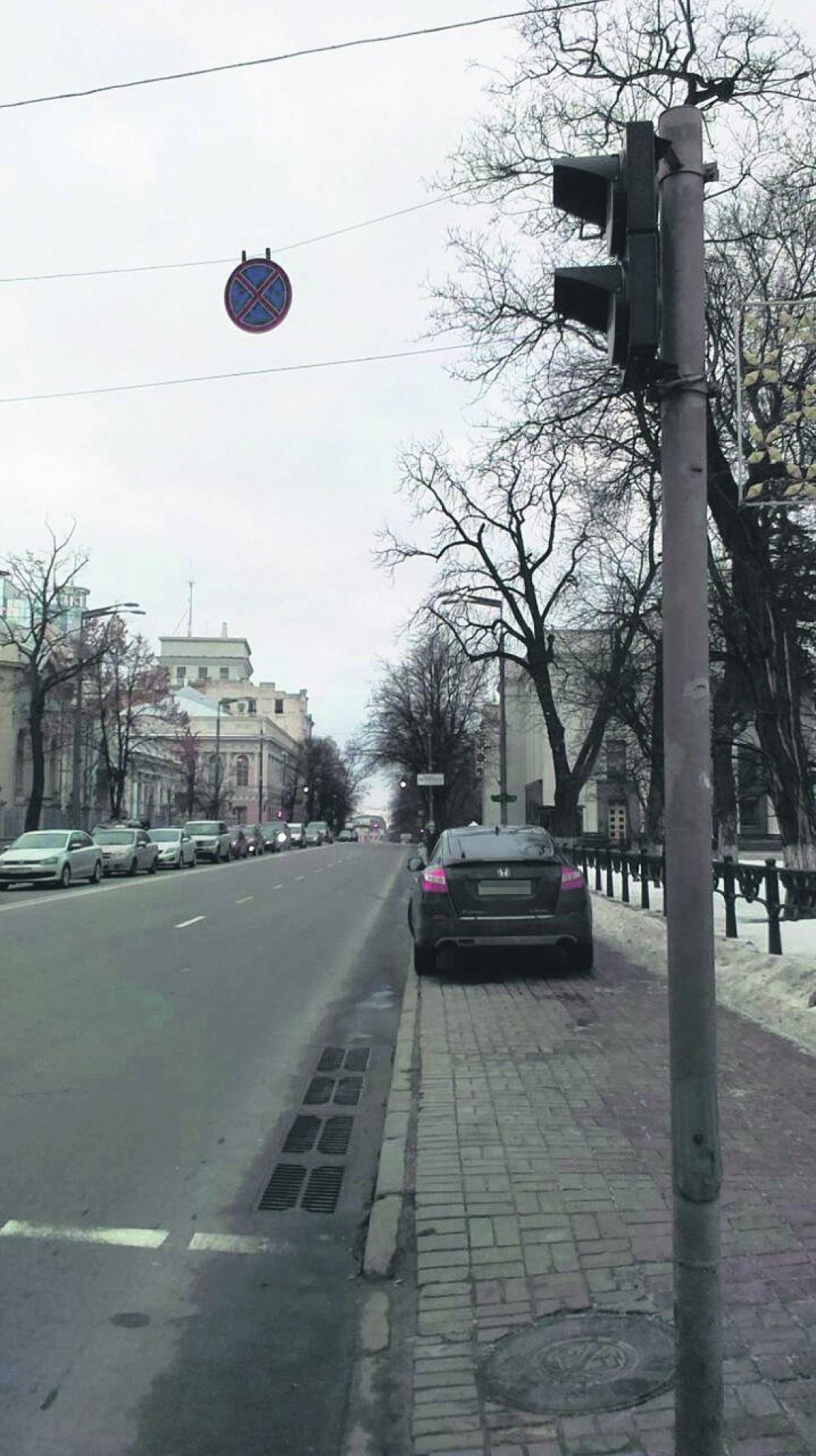 Авто Геращенко на тротуаре