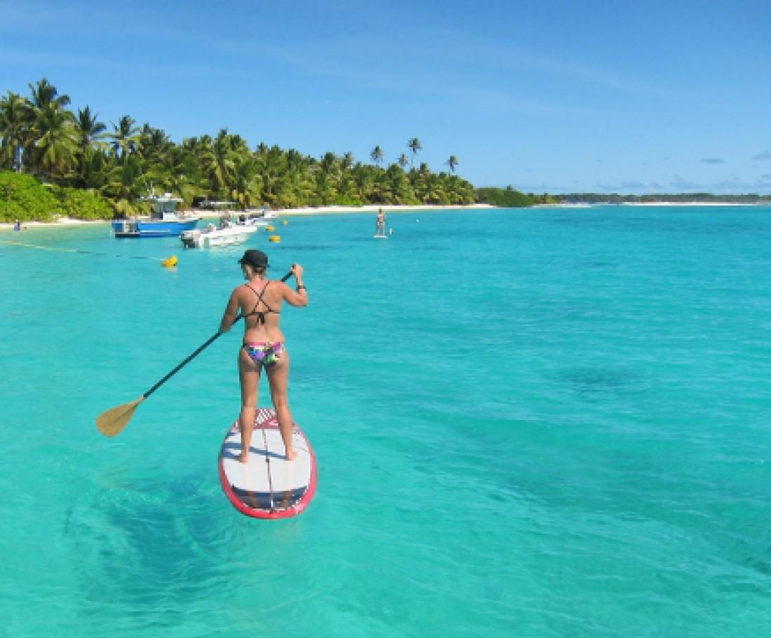 Большинство населения Кокосовых островов живет на острове Уэст-Айленд. Там они выращивают кокосовую пальму, производят копру, и нежатся в лучах солнца да тамошней теплой воды
