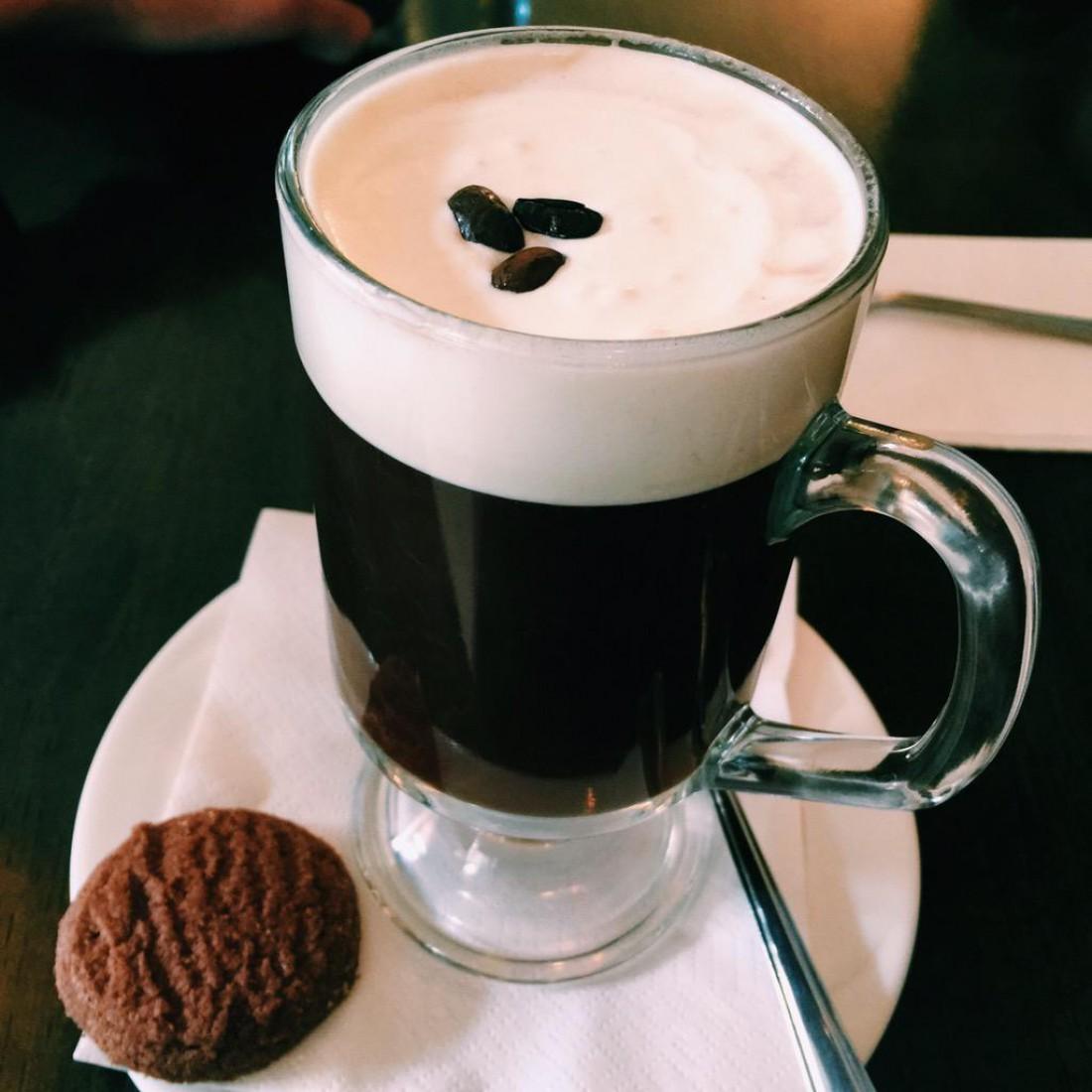 Кофе по-ирландски. Всегда требуй к напитку печеньку (можно конфетку)