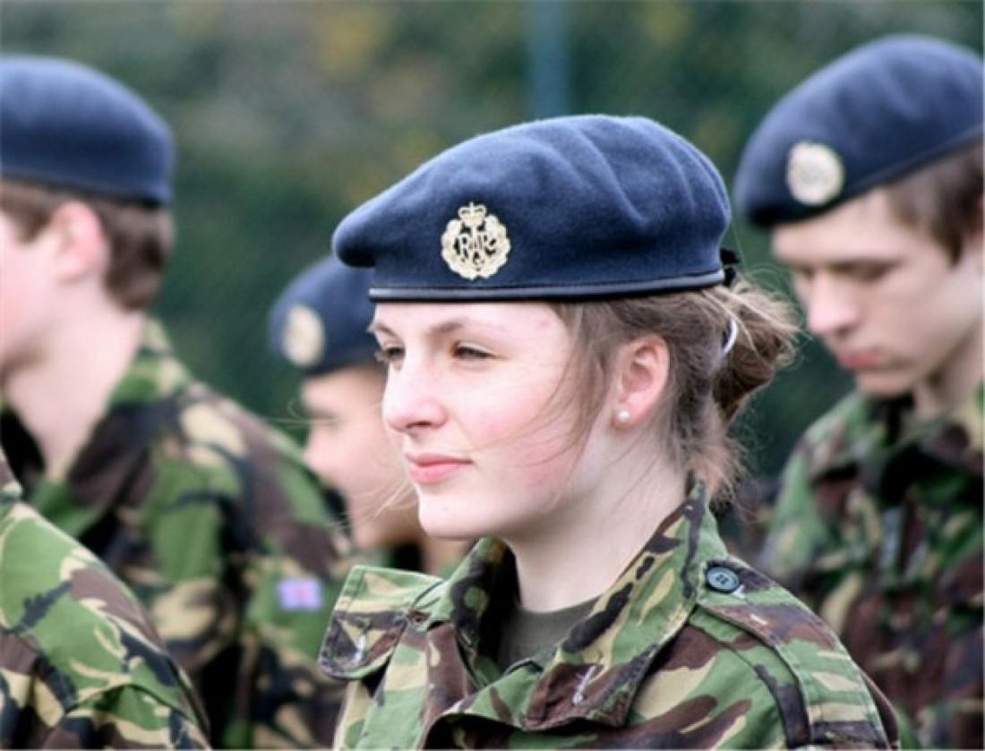 Британцы скептически относятся к женщинам в униформе
