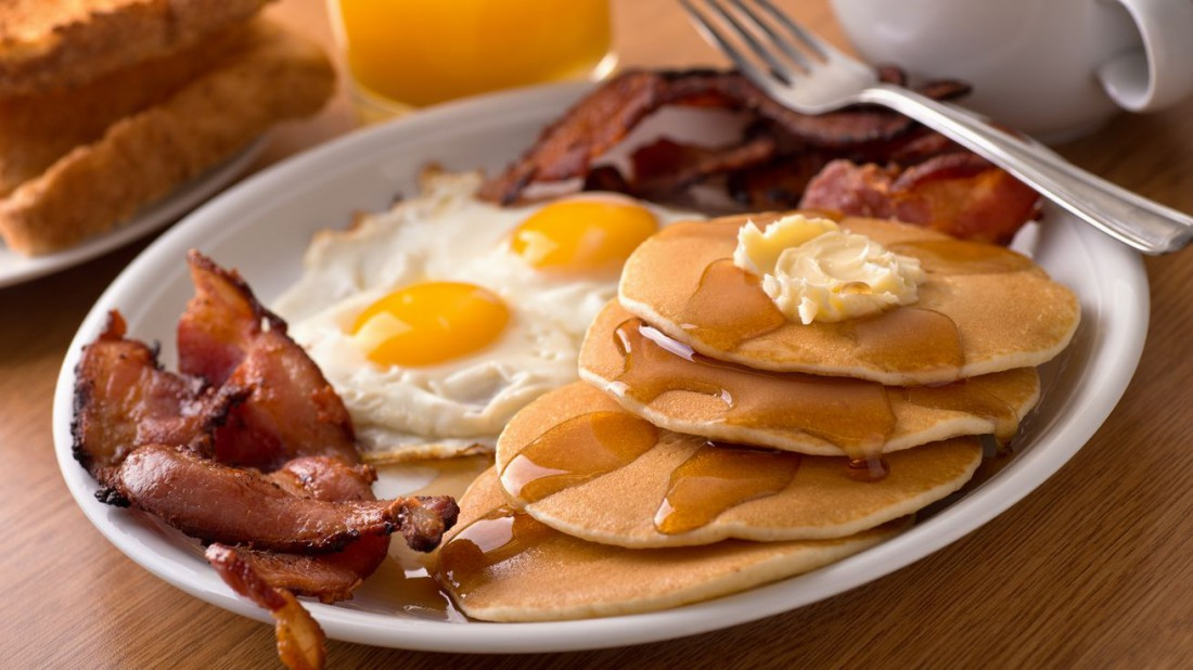 Яйца, бекон и булки с медом — твой утренний must have