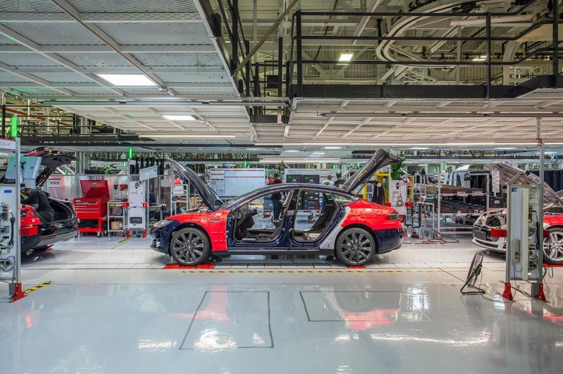 Рождение Tesla. Кадр, сделанный в одном из цехов завода Tesla во Фримонте