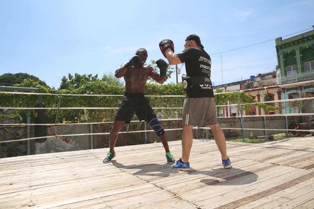 Когда был на Кубе, Эльба тренировался в 32-градусной жаре