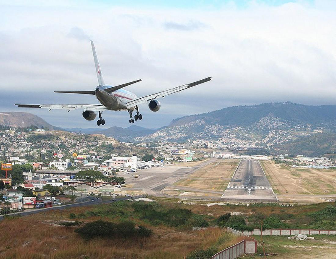 Взлет и посадка самолетов в аэропорту Тонконтин осуществляется в одном месте